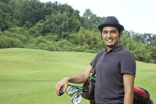ゴルフする30代男性の素材 [FYI01029416]