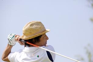 ゴルフをする中年男性の素材 [FYI01029436]