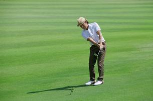 ゴルフをする中年男性の素材 [FYI01029472]