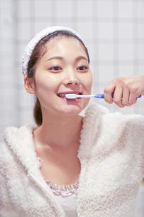 歯を磨く20代女性の素材 [FYI01029740]