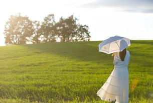 夕日を眺める日傘をさした女性の素材 [FYI01030268]