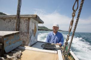 漁船を操縦する船長の素材 [FYI01030562]