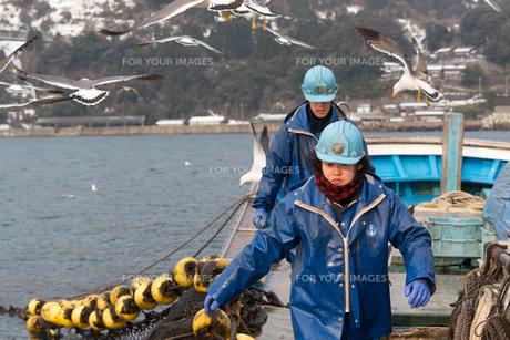 作業する漁師の素材 [FYI01030621]