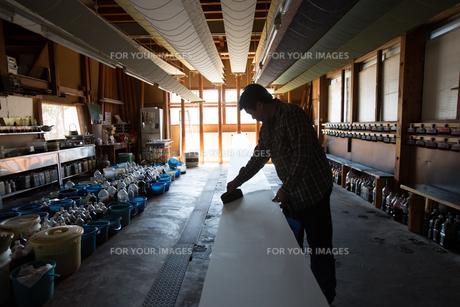 作業する中年男性の素材 [FYI01030622]