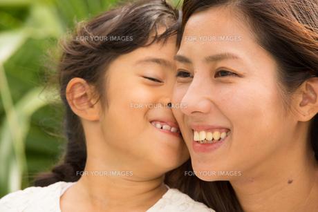 微笑む母娘の素材 [FYI01030639]
