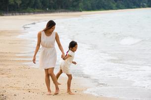 波と戯れる母娘の素材 [FYI01030646]