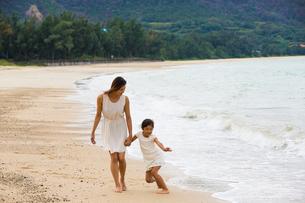波と戯れる母娘の素材 [FYI01030656]