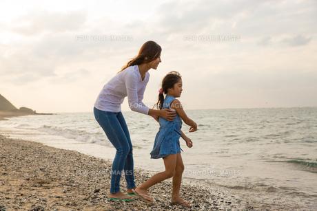 海を眺める母娘の素材 [FYI01030662]