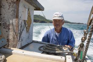 漁船を操縦する船長の素材 [FYI01030675]
