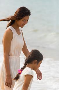 波と戯れる母娘の素材 [FYI01030682]