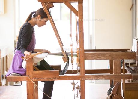 大島紬を織る女性の素材 [FYI01030700]