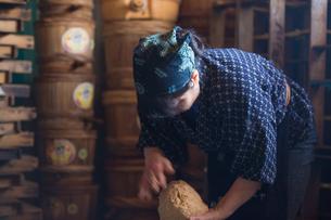 味噌を作る女性の素材 [FYI01030704]