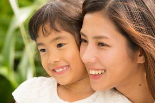 微笑む母娘の素材 [FYI01030705]