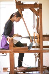 大島紬を織る女性の素材 [FYI01030706]