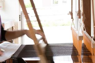大島紬を織る女性の素材 [FYI01030708]