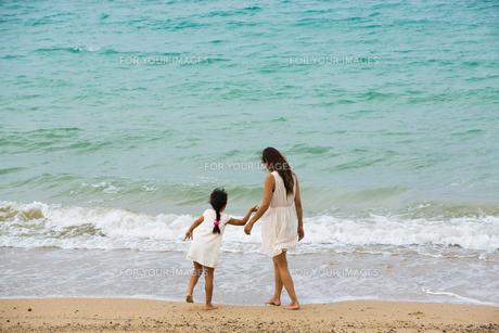 波と戯れる母娘の素材 [FYI01030710]