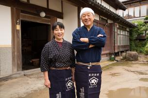 笑顔の醤油造り職人夫婦の素材 [FYI01030712]