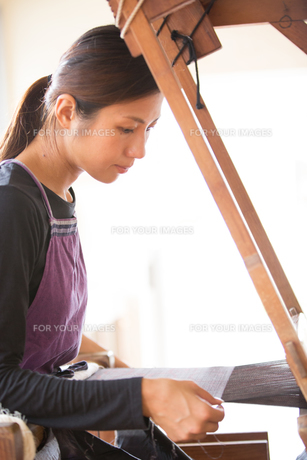 大島紬を織る女性の素材 [FYI01030713]
