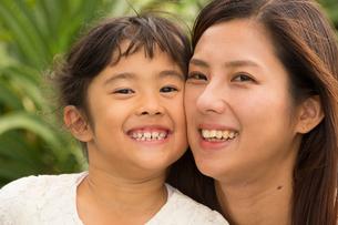 微笑む母娘の素材 [FYI01030715]