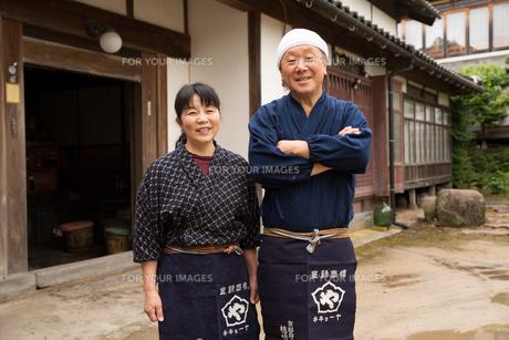 笑顔の醤油造り職人夫婦の素材 [FYI01030718]