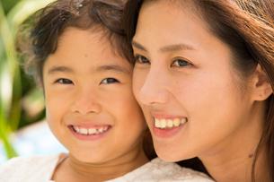 微笑む母娘の素材 [FYI01030722]