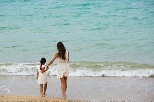 波と戯れる母娘の素材 [FYI01030728]