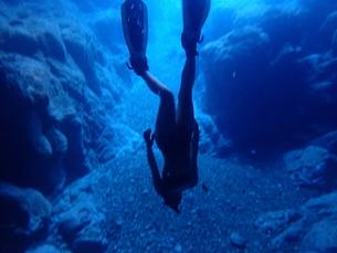 シュノーケルで潜る女性の素材 [FYI01030729]
