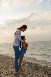 海を眺める母娘の素材 [FYI01030731]