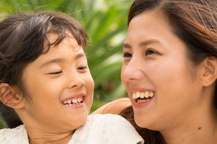 微笑む母娘の素材 [FYI01030736]