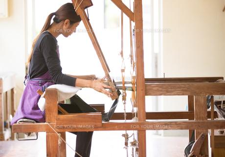 大島紬を織る女性の素材 [FYI01030737]