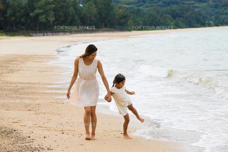 波と戯れる母娘の素材 [FYI01030740]