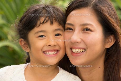 微笑む母娘の素材 [FYI01030741]