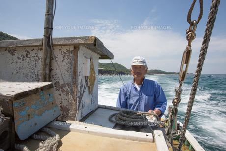 漁船を操縦する船長の素材 [FYI01030745]