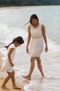 波と戯れる母娘の素材 [FYI01030752]
