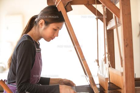 大島紬を織る女性の素材 [FYI01030764]