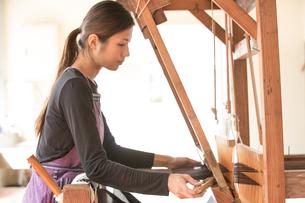 大島紬を織る女性の素材 [FYI01030766]