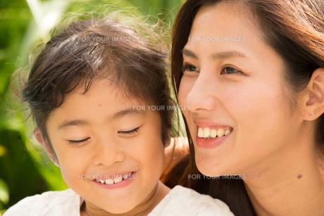 微笑む母娘の素材 [FYI01030768]