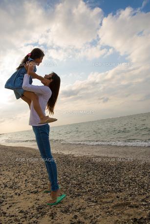 娘を抱き上げる母親の素材 [FYI01030771]