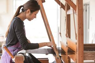 大島紬を織る女性の素材 [FYI01030773]