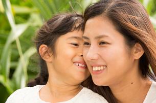 微笑む母娘の素材 [FYI01030775]