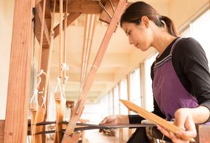 大島紬を織る女性の素材 [FYI01030776]