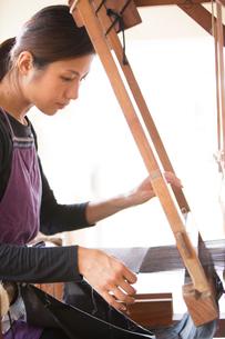 大島紬を織る女性の素材 [FYI01030782]
