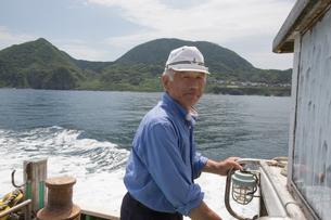 漁船を操縦する船長の素材 [FYI01030783]
