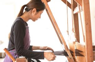 大島紬を織る女性の素材 [FYI01030785]
