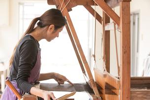 大島紬を織る女性の素材 [FYI01030787]