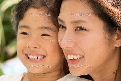 微笑む母娘の素材 [FYI01030789]