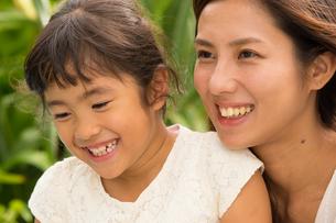 微笑む母娘の素材 [FYI01030790]