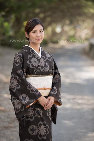 大島紬の着物でポーズする女性の素材 [FYI01030791]