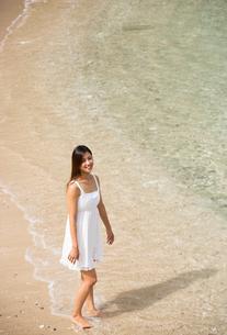 ビーチでポーズする女性の素材 [FYI01030792]