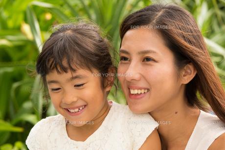 微笑む母娘の素材 [FYI01030793]